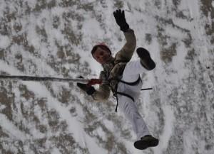 Георгий Кискин на веревке с моста